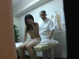 女の子にエッチなマッサージ 変態施術師のチンポしゃぶりだす女